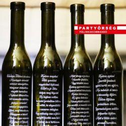Pálinkás üveg, fekete, mely akár 10 sornyi szöveggel gravírozható